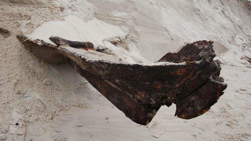 Pomorskie: niezwykłe znalezisko na plaży. Sztorm odsłonił ukrytą w wydmie łódź