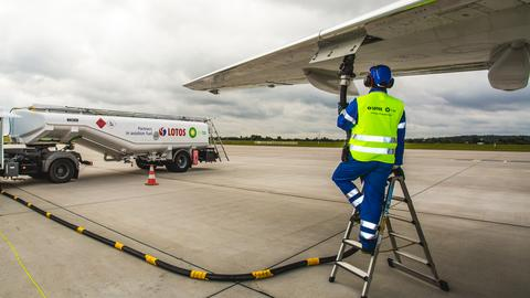 Lotniskowa cysterna pompuje nawet 1,5 tys. litrów paliwa w ciągu minuty