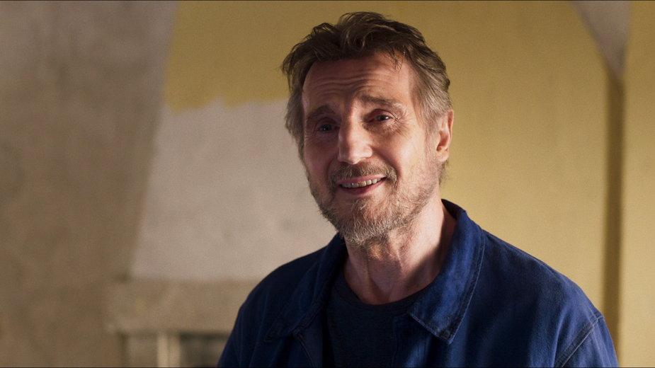 """Liam Neeson w scenie z filmu """"Włoskie wakacje"""""""