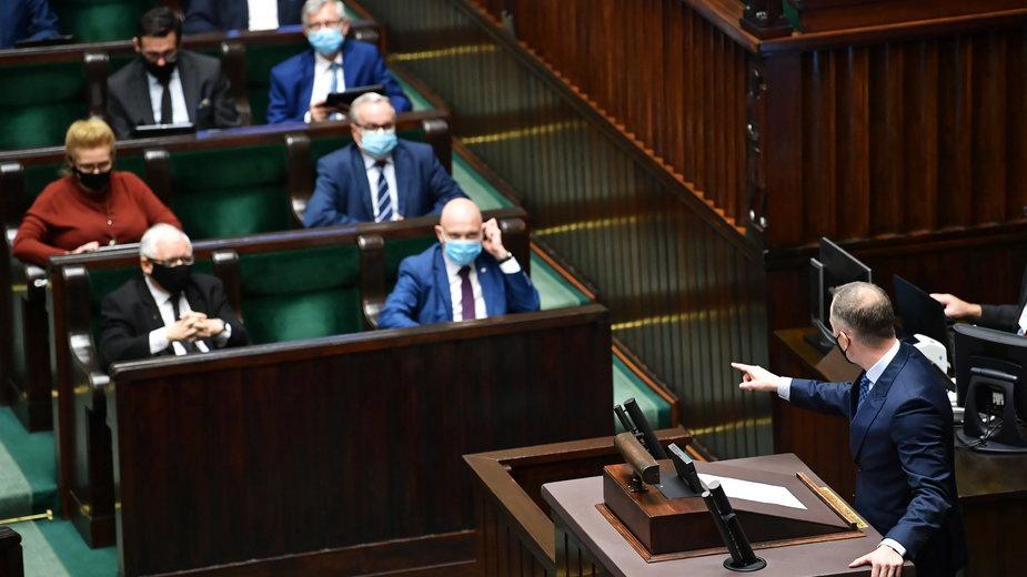 Cezary Tomczyk na mównicy podczas obrad Sejmu