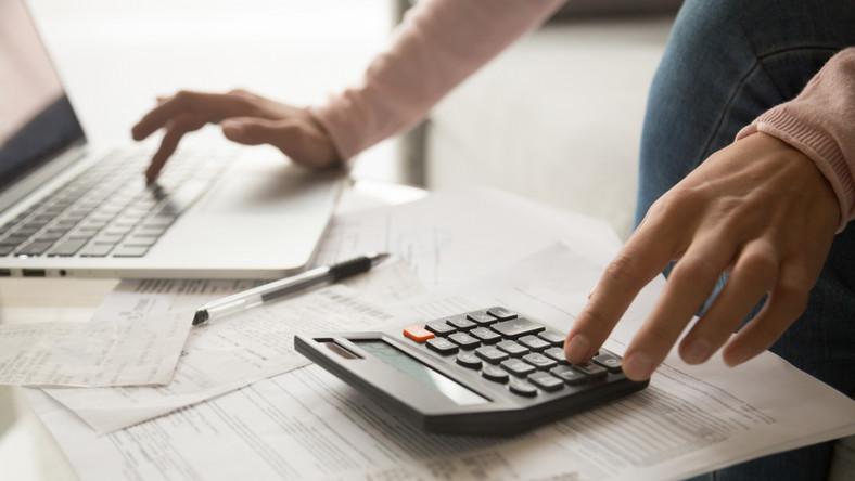 pieniądze internet kalkulator fot. shutterstock