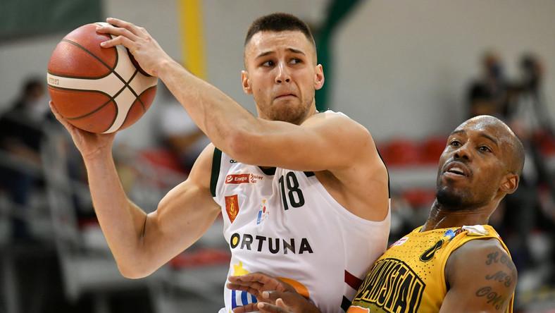 Koszykarz Legii Warszawa Mariusz Konopatzki (L) i James Florence (P) z Argedu BMSlam Stali Ostrów Wlkp. podczas meczu Ekstraklasy