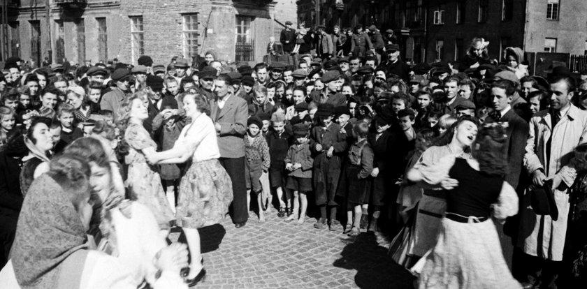 Warszawa świętuje koniec wojny. Fajerwerki, wiece i obiad na koszt firmy