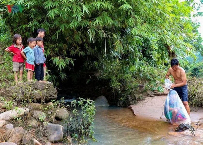 Wietnam: transportują dzieci do szkoły w workach