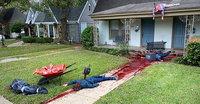 Halloweenska výzdoba zalarmovala policajtov: Umelec na dvore vytvoril scénu brutálnej vraždy