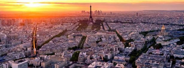 Paryż – stolica i zarazem największe francuskie miasto, Liczne zabytki, atrakcje turystyczne oraz klimat samego Paryża powodują, że jest on co roku odwiedzany przez około 30 mln. Turystów. Atrakcje, które powodują niezwykłą popularność Paryża wśród turystów to m.in.: wieża Eiffla, Katedra Notre-Dame, Łuk Triumfalny, Bazylika Sacre Coeur, Luwr, Muzeum d'Orsey, Pompidou, Pola Elizejskie, Montmartre oraz wiele, wiele innych.