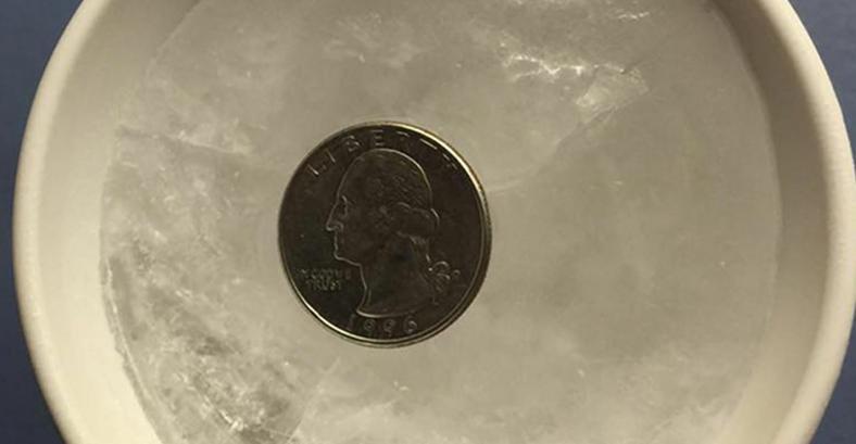 Umieść monetę w kubku i włóż do zamrażalnika