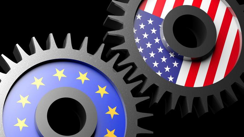 Flagi Unii Europejskiej i USA w formie kół zębatych