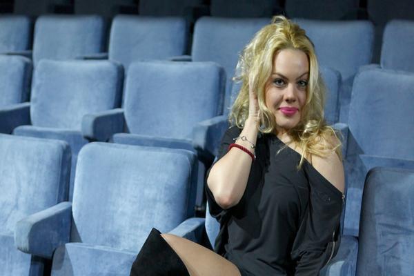 U CRNOM, BLEDA I BEZ ŠMINKE: Glumica na koju je pucao verenik PRVI PUT U JAVNOSTI nakon tragedije!