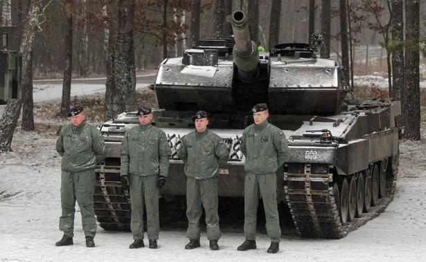 Żołnierze Batalionowej Grupy Bojowej NATO w Bemowie Piskim przed wizytą sekretarza stanu USA Mike Pompeo