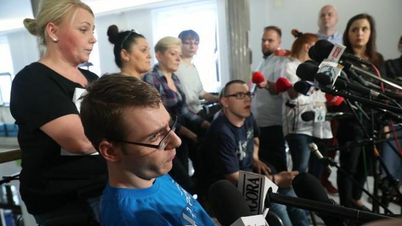 Protestujący w Sejmie podczas konferencji prasowej