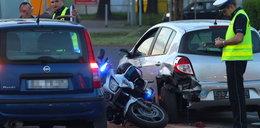 Policjant w pościgu na motocyklu wbił się w clio