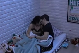 NISU MOGLI DA SE OBUZDAJU Ana i David se strasno ljubili, pa završili ispod pokrivača (VIDEO)
