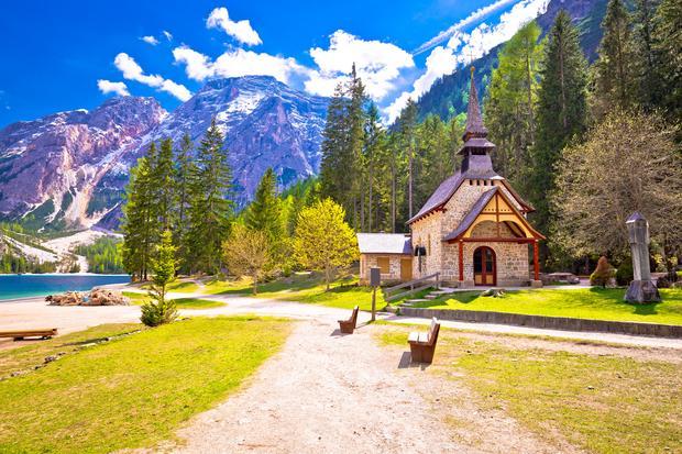 Kościółek nad Lago di Braies (Pragser Wildsee)