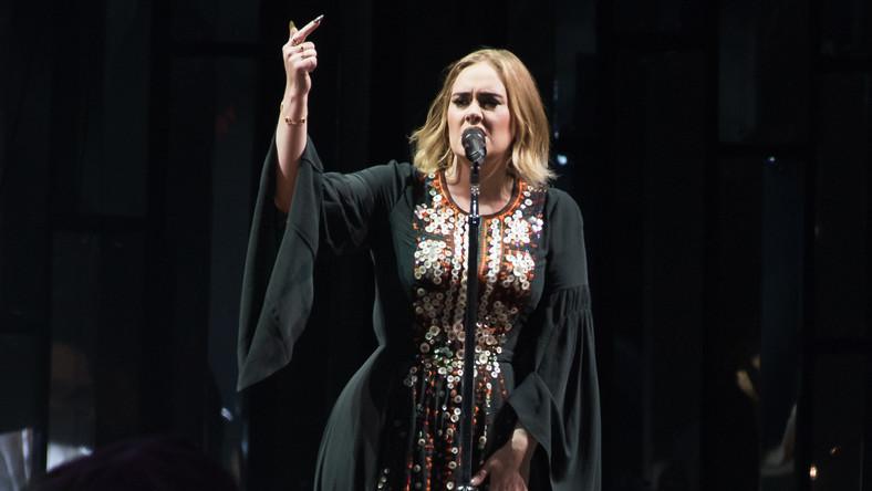 """""""Najbardziej błotnistym Glasto w historii"""" ogłosił jeden z największych festiwali muzycznych na świecie jego twórca Michael Eavis. """"W ciągu tych 46 lat, nigdy nie było tak źle jak teraz"""" – mówił dziennikarzom z """"Guardiana"""". Deszcz i błoto nie przeszkodziły jednak blisko 200 tysiącom fanów przybyłych na pola Glastonbury w dobrej zabawie podczas imprezy, której największymi gwiazdami byli Adele oraz zespoły Muse i zamykający festiwal Coldplay (a podczas wykonania """"Up & Up"""" Chrisowi Martinowi na scenie towarzyszyły jego dzieci –Apple i Moses). Szczególnie wiele emocji wzbudził występ Adele –jeszcze przed imprezą część fanów krytycznie oceniała ten wybór organizatorów, uważając, że gwiazda sceny pop nie nadaje sięna headlinera legendarnego Glasto. Ale Brytyjka nie zawiodła, dała znakomity koncert, choć nie uniknęła przy tym wpadek z przeklinaniem i bekaniem. Wydarzeniem Glastonbury 2016 stał się również występ w hołdzie dla Dawida Bowiego. Wspominano Prince'a oraz Iana """"Lemmy'ego"""" Kilmistera (który po raz ostatni z Motorhead na Glastonbury zagrał w zeszłym roku). Ubrana na czarno 50-osobowa orkiestra symfoniczna pod batutą Charlesa Hazelwooda wykonała IV Symfonię """"Heroes"""" Philipa Glassa –zainspirowaną albumem Bowiego o tym samym tytule. O zmarłym w styczniu artyście przypominał wygląd najważniejszej sceny festiwalu – Pyramid Stage (gigantyczna instalacja przedstawiająca oko ozdobione charakterystyczną błyskawicą), Lemmy'emu poświęcono drugą co do wielkości The Other Stage. Z kolei lider The Hot Chip, Alexis Taylor zaprezentował utwory zainspirowane twórczością Prince'a (upamiętnionego na scenie The Park niemal czterometrową figurą w kształcie ręki niosącej purpurową koronę i białego gołębia). W sumie na 80 scenach wystąpiło w tym roku prawie 700 artystów. Byli wśród nich: ZZ Top, Tame Impala, Ellie Goulding, New Order, Chvrches i PJ Harvey. Oto najważniejszy festiwal świata na najlepszych zdjęciach."""