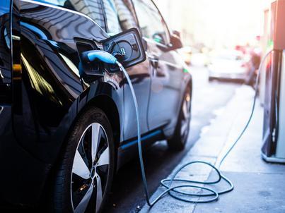 Dwa państwowe koncerny paliwowe powalczą o kierowców aut elektrycznych