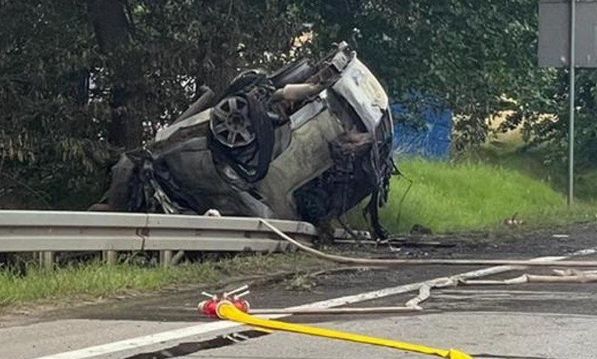 Samochód uderzył w drzewo i stanął w płomieniach. Kierowca nie miał szans.