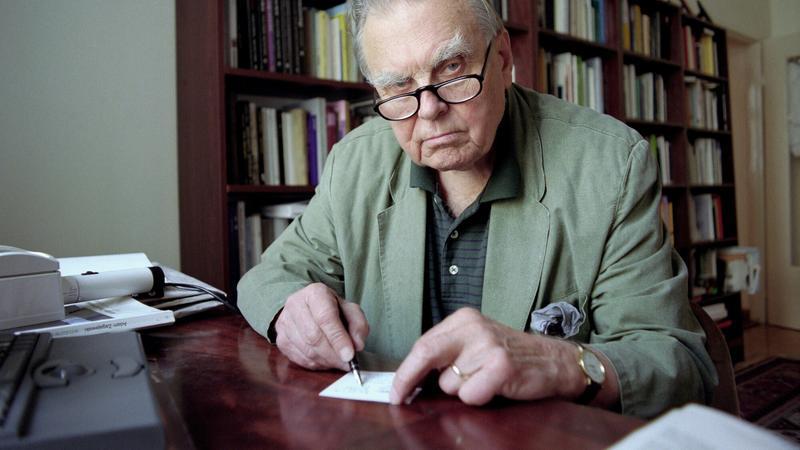 Czesław Miłosz w swoim krakowskim mieszkaniu, 1998 rok
