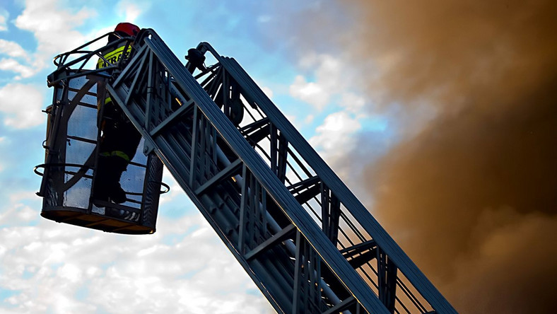 Strażacy walczą z ogniem w dworku Wojciecha Siemiona