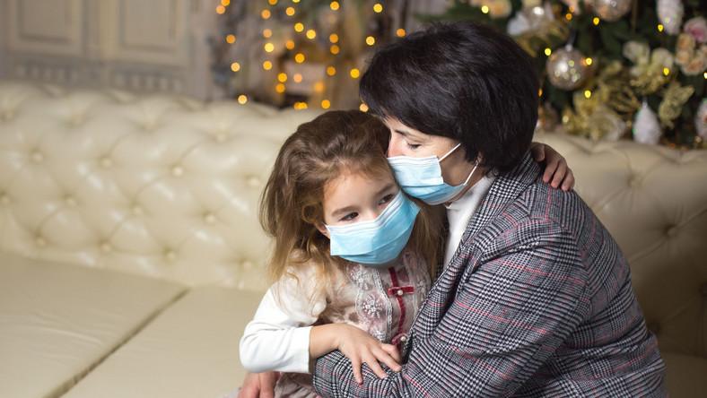 Babcia przytula wnuczkę. Święta w pandemii