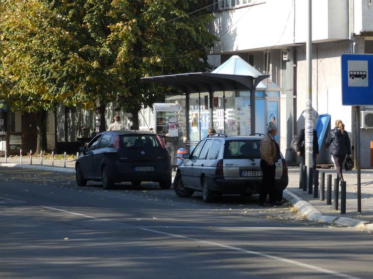 Kraljevo 01 - Čekaju putnike na bus stajalištu - Foto N. Božović