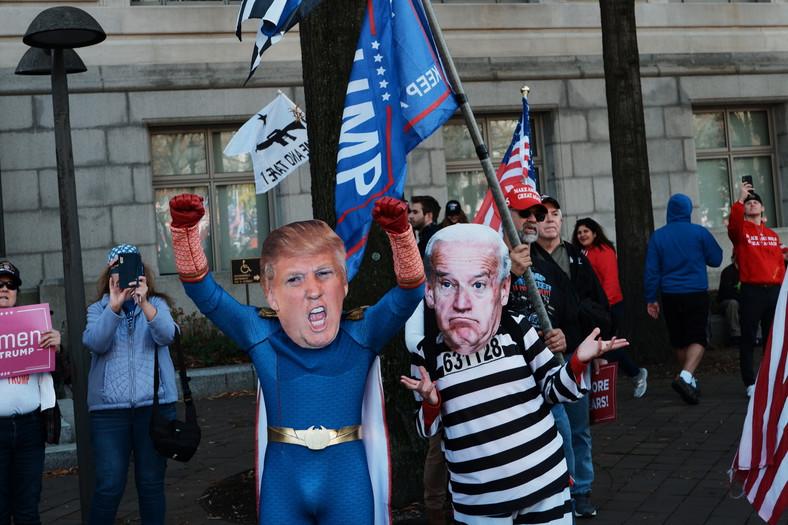Sympatycy prezydenta pozdrawiają się i robią sobie zdjęcia; furorę robią maski z podobizną Trumpa, czy np. mężczyzna ubrany w garnitur ze wzorem muru.