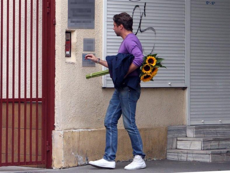 Marcel Sora towarzyszy Annie Musze w wizytach u lekarza.