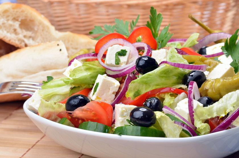 Sałata, ser faeta i oliwki to pyszny zestaw