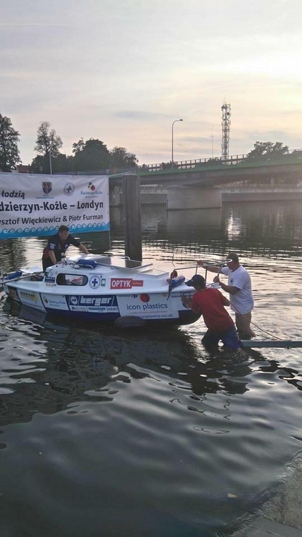 Płynęli z Polski do Londynu, gdy zaczęła tonąć łódź