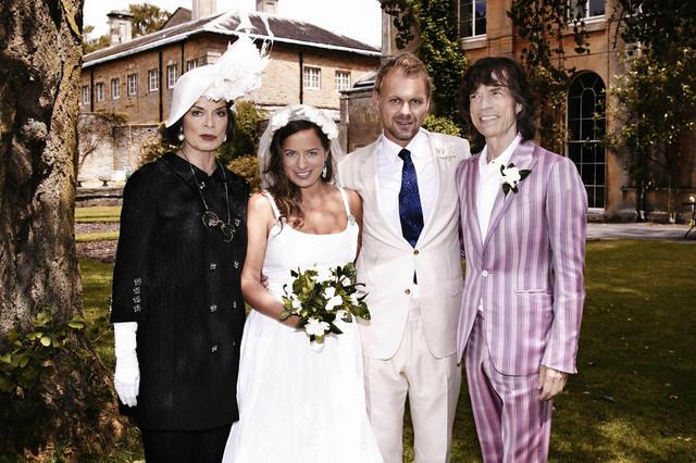 Džejd na svadbi sa suprugom i roditeljima, Bjankom i Mikom Džegerom