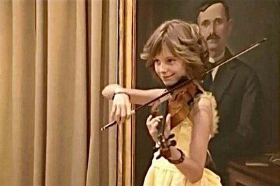 Anja svira violinu od sedme godine.