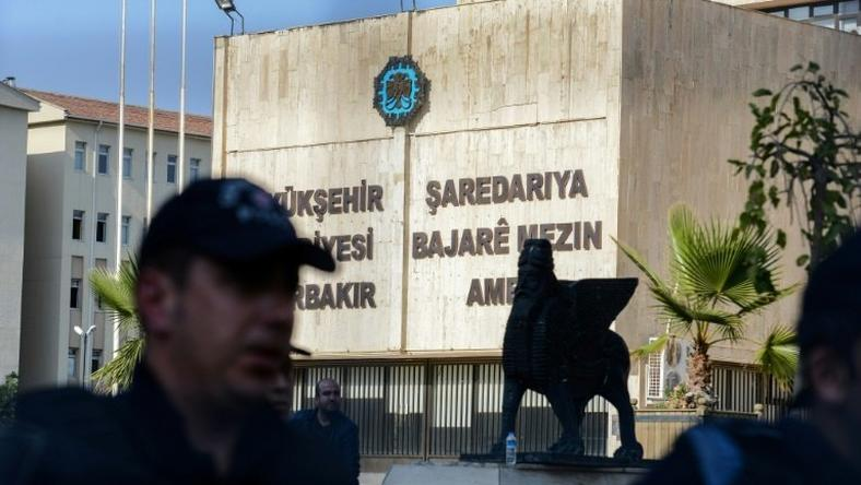 Turkish riot police stand in front of the city hall in Diyarbakir on December 3, 2016, prior to the removal of the municipality logo from the facade of the building