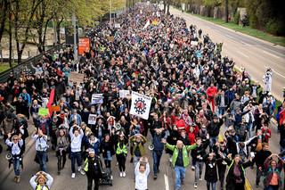 Niemcy: Protest tysięcy koronasceptyków w Stuttgarcie