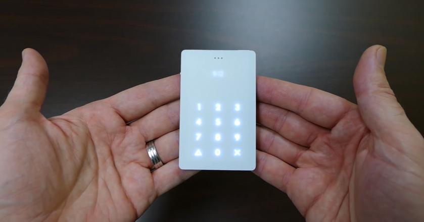 Light Phone kosztuje 150 dol., czyli ok. 600 zł. Dostępny jest w dwóch kolorach: białym i czarnym