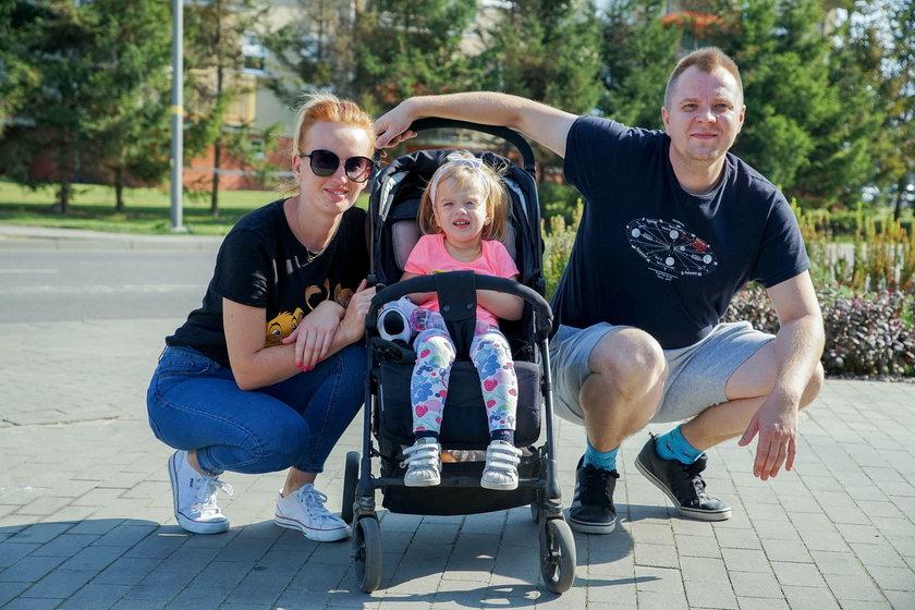 Dominika Paduch (29 l.) i Marcin Chmiell (32 l.) z córką Marianną (2 l.)