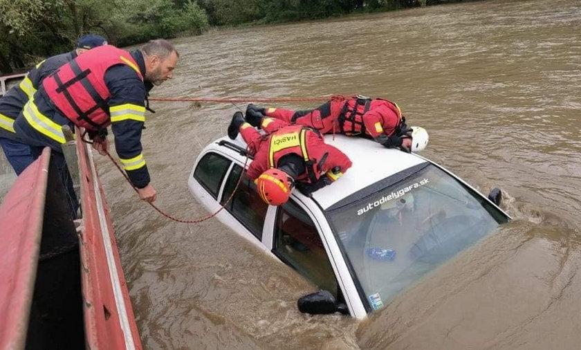 Powodzie w Tatrach zbierają żniwo. Woda pędzi ulicami, zalewa domy i samochody.