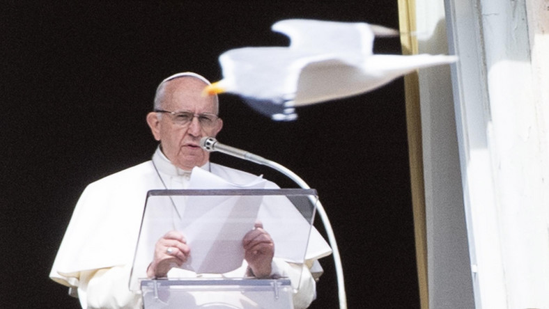 epa07358180 - VATICAN RELIGION POPE (Pope Francis holds Angelus Prayer)