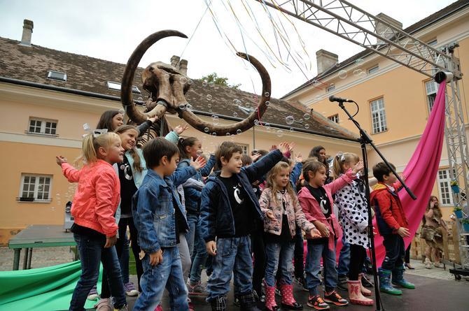 Ispred muzeja čeka vas replika mamuta u prirodnoj veličini