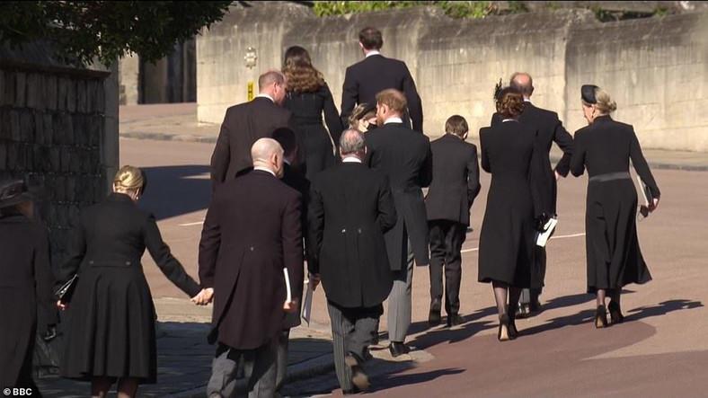 Mereka yang berduka dalam perjalanan ke kuburan