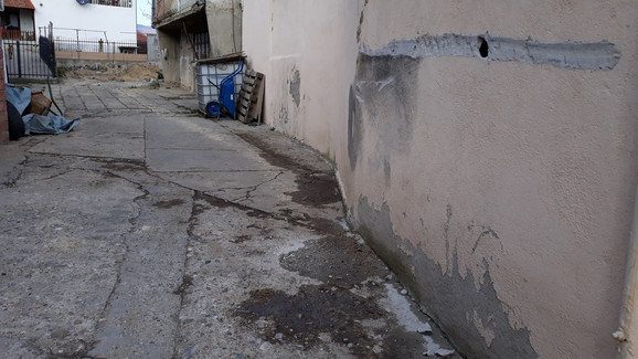 Oštećen deo fasade na komšijinoj kući prilikom ulaska bagera