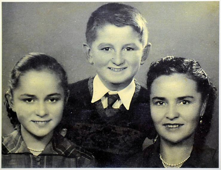 stiv tesic sa majkom i sestrom
