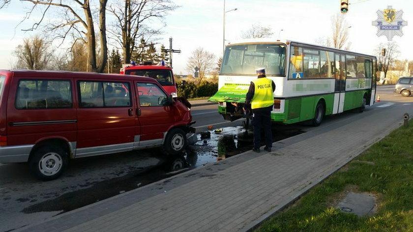 Starszy pan zasłabł za kierownicą i wjechał w autobus