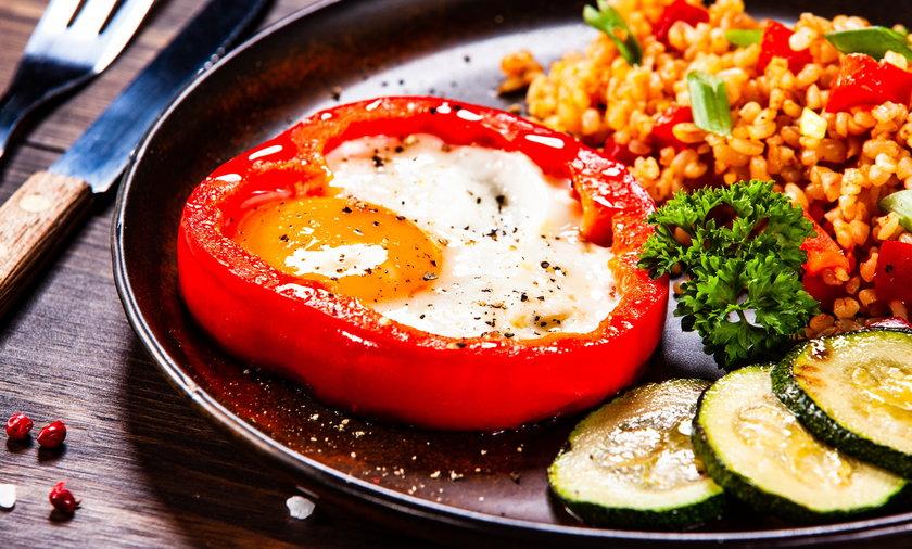 Jajko sadzone na obiad? W towarzystwie kaszy i warzyw to dobry pomysł