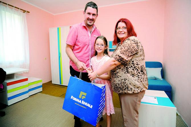 """Nikola Ružičić, PR menadžer kompanije """"Forma Ideale"""", uručuje poklone mami Tamari i Jani"""