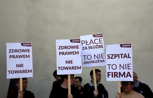 Przedstawiciele Partii Razem wśród protestujących przez resortem zdrowia