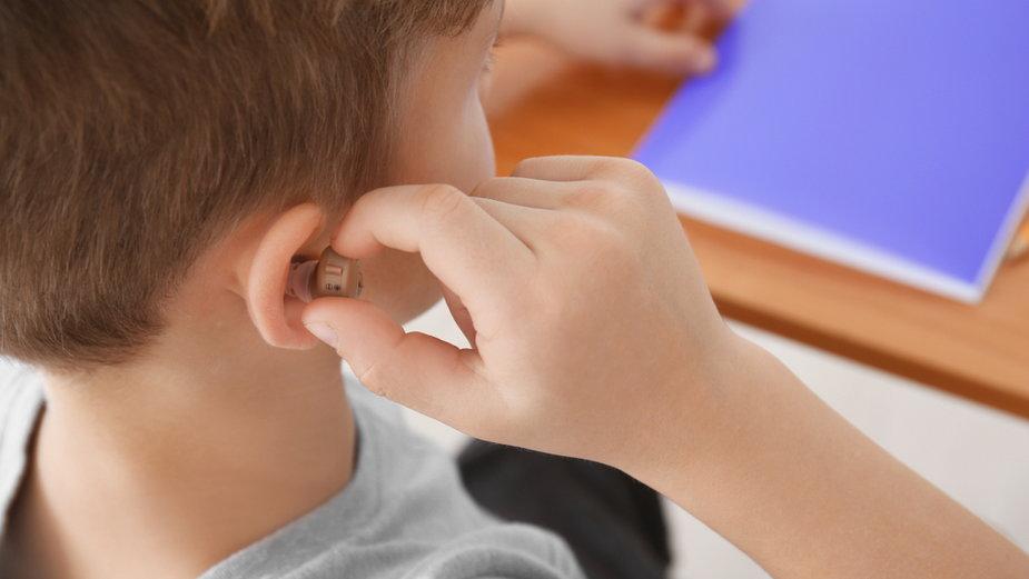Niedosłyszący chłopiec (ilustracyjne)