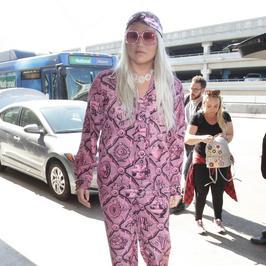 Kesha i jej różowa masakra modowa. To dywan od babci czy lody malinowe?