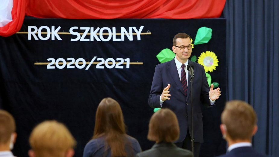 Premier Mateusz Morawiecki podczas inauguracji roku szkolnego w Szkole Podstawowej w Dalikowie
