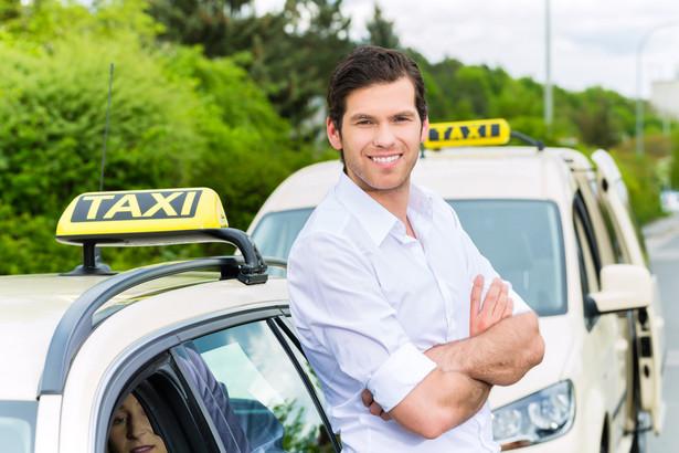 Taksówkarz korzystający z dwóch aut musi zawiadomić o tym urząd skarbowy