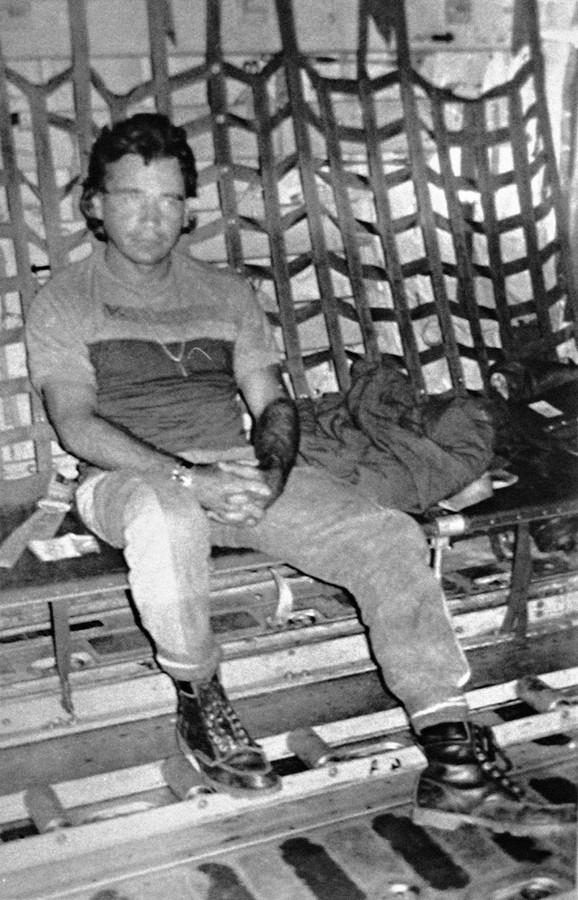 Karlos Leder u lisicama: Fotografija iz aviona američke vojske koji je Ledera prebacivao u SAD